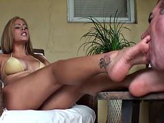 Gros seins, Femme dominatrice, Fétiche des pieds