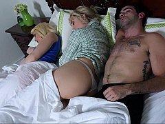 Chambre à dormir, Blonde, Famille, Maman, Belle mère, Plan cul à trois, Nénés