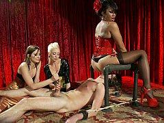 Homme nu et filles habillées, Face assise, Femelle, Femme dominatrice, Groupe, Branlette thaïlandaise, Maîtresse, Jarretelles