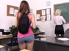 18 jahre, Braunhaarige, Studentin, Süss, Lesbisch, Milf, Strümpfe, Lehrer
