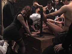 Bondage, Brunette brune, Brutal, Extrême, Groupe, Humiliation, Punition, Attachée