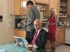 Blondine, Betrug, Familie, Hausfrau, Küche, Mutti, Stiefmutter, Ehefrau