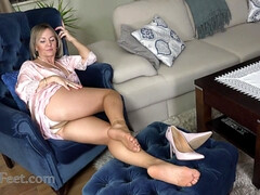 Hot sexy GILF foot fetish video